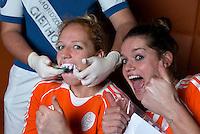 ZWOLLE - Margot van Geffen en Lidewij Welten (r). Bitje happen voor de vrouwen van het Nederlands hockeyteam, Het aanmeten van een mondbeschermer. in aanloop van de Champions Trophy in Mendoza (Argentinie).  COPYRIGHT KOEN SUYK
