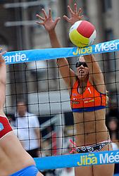 06-06-2010 VOLLEYBAL: JIBA GRAND SLAM BEACHVOLLEYBAL: AMSTERDAM<br /> In een koninklijke ambiance streden de nationale top, zowel de dames als de heren, om de eerste Grand Slam titel van het seizoen bij de Jiba Eredivisie Beach Volleyball - Laura Bloem <br /> ©2010-WWW.FOTOHOOGENDOORN.NL