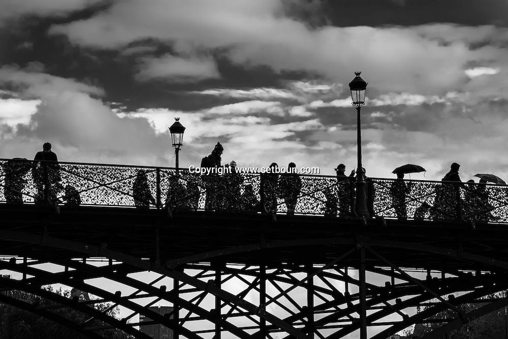 France. Paris. 1st district. pedestrians on the Pont des Arts