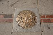 UNITED STATES-BOSTON- The Freedom Trail. Photo: Gerrit de Heus..VERENIGDE STATEN-BOSTON-Plaquette op de rode lijn die de route van The Freedom Trail aangeeft. Een wandelroute langs historische plekken in de stad. PHOTO GERRIT DE HEUS