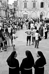 Lecce - Festeggiamenti in onore di Sant'Oronzo, San Giusto e San Fortunato. Fedeli e religiose in Piazza Duomo.