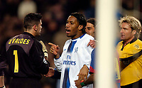 Photo. Jed Wee, Digitalsport<br /> FC Barcelona v Chelsea, UEFA Champions League, 23/02/2005.<br /> Chelsea's Didier Drogba (C) accuses Barcelona's Victor Valdes.