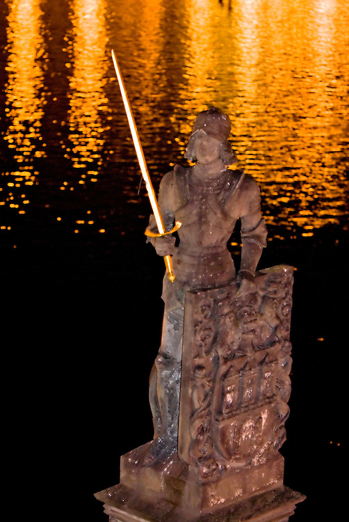 CZE,Tschechien,Tschechische Republik,Prag,Karlsbrücke,Karluv Most 2007 Auf einem Pfeiler abseits der Brücke steht die Figur des sagenhaften Bruncvik, der laut einer Legende in die Welt zog, um einen lebenden Löwen für sein Wappen zu finden. Auf seiner Reise erhielt Bruncvik ein Zauberschwert, das von selbst die Feinde enthauptete. Dieses Schwert wurde angeblich in die Karlsbrücke eingemauert und sollte somit dem heiligen Wenzel und seinen Rittern dienen, wenn diese nach Prag kommen, um dem tschechischen Volk in schweren Zeiten beizustehen. Die ursprüngliche Bruncvik-Statue wurde im Dreissigjährigen Krieg von einer schwedischen Kanonenkugel heruntergeschossen und gehört heute zur Museumssammlung. Die neuzeitliche Kopie schuf 1884 der Bildhauer Ludvik Simek. | CZE,Czech Republic,Prague, Karluv Most Carl´s bridge knight Bruncvik with his magic sword
