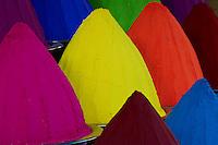 Inde, etat du Karnataka, Mysore, marche de Devaraja, pigment de couleur // India, Karnataka, Mysore, Devaraja market, colour powder