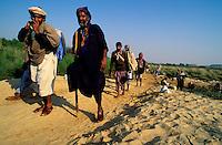 Pakistan - La fête des soufis - Province du Sind et du Balouchistan - Pélerinage soufi de Lahoot - Unijambiste réalisant le pélerinage // Pakistan, Sind, sufi pilgrimage of Lahoot