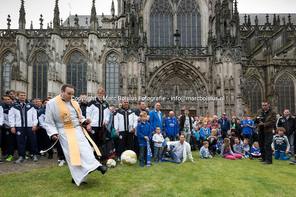Nederland,  De traditionele aftrap in de stjan van het eerste team van Fc Den Bosch.Priester Patrick Kuis schopte als eerste tegen de bal in de tuin aan de Hinthamerstraat