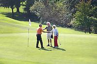 BERGSCHENHOEK - hand geven na afloop van de partij golfGolfbaan De Hooge Rotterdamsche . COPYRIGHT KOEN SUYK -
