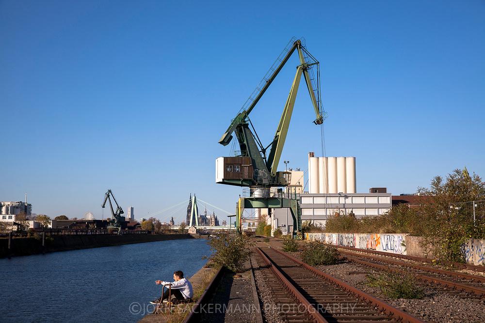 crane in the Rhine harbor in the district Deutz, in the background the cathedral, Cologne, Germany.<br /> <br /> Verladekran im Deutzer Hafen, im Hintergrund der Dom, Koeln, Deutschland.