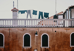 THEMENBILD - Wäsche hängt auf einer Wäscheleine auf einer Dachterrasse, aufgenommen am 05. Oktober 2019 in Venedig, Italien // Laundry hangs on a clothesline on a roof terrace, in Venice, Italy on 2019/10/05. EXPA Pictures © 2019, PhotoCredit: EXPA/Stefanie Oberhauser