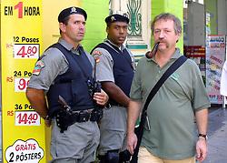José Bové caminha desapercebidamente no centro de Porto Alegre. Foto: Jefferson Bernardes/ Agência Preview