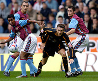 Fotball<br /> England 2005/2006<br /> Foto: SBI/Digitalsport<br /> NORWAY ONLY<br /> <br /> Wolverhampton Wanderers v Aston Villa<br /> Pre Season Friendly.<br /> 30/07/2005.<br /> <br /> Wolves' Lee Naylor (C) tries to wriggle past three Villa players.