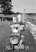 Mor tvättar i pannmuren på Odvalds.