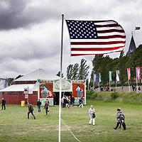 Nederland, Achlum , 28 mei 2011..Conventie van Achlum..Achmea bestaat dit jaar 200 jaar. In dit jubileumjaar gaat Achmea terug naar haar roots: het Friese dorpje Achlum. Op 28 mei vindt daar de Conventie van Achlum plaats. Zo'n 2000 mensen gaan daar met elkaar in gesprek over de toekomst van Nederland binnen de thema's: veiligheid, mobiliteit, arbeidsparticipatie, pensioen en gezondheid. Dit doen we met top sprekers uit de politiek en wetenschap maar ook met mensen zoals jij..Op de foto sfeerimpressie buiten op het terrein tijdens conventie van Achlum..Foto:Jean-Pierre Jans