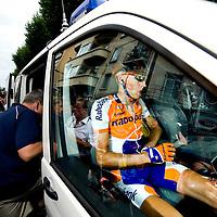 Frankrijk, Cap d'Agde - Perpignan, 08-07-2009.<br /> Robert Gesink zit eenzaam in de auto en heeft veel pijn nadat hij bij een zware val zijn radius ngebroken en stapt na de finish in de ambulance om naar het ziekenhuis te gaan.<br /> Foto: Klaas Jan van der Weij