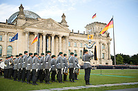 20 JUL 2008, BERLIN/GERMANY:<br /> Feierliches Geloebnis von Rekruten des Wachbataillons der Bundeswehr auf dem Platz der Republik vor dem Reichstagsgebaeude<br /> KEYWORDS: Soldat, Soldaten, Deutscher Bundestag, Oeffentliches Geloebnis, Öffentliches Gelöbnis, Vereidigung, Rekrutengelöbnis, Reichstag, Reichstagsgebäude<br /> IMAGE: 20080720-01-017