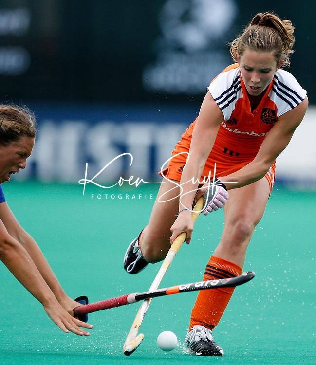 Ellen Hoog passeert een Italiaanse verdediger.