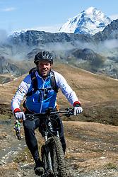 15-09-2017 ITA: BvdGF Tour du Mont Blanc day 6, Courmayeur <br /> We starten met een dalende tendens waarbij veel uitdagende paden worden verreden. Om op het dak van deze Tour te komen, de Grand Col Ferret 2537 m., staat ons een pittige klim (lopend) te wachten. Na een welverdiende afdaling bereiken we het Italiaanse bergstadje Courmayeur. Marion, Xander