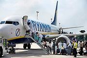 Duitsland, Weeze, 22-7-2018 In het vakantieseizoen is het erg druk op vliegveld Weeze. Vlak over de grens bij Nijmegen ligt het regionaal vliegveld Niederrhein, Weeze, wat uitgegroeid is tot een belangrijke regionale luchthaven en als thuisbasis fungeert voor prijsvechter, chartermaatschappij Ryanair. In de regio bevindt zich ook vliegveld Dusseldorf. Naast passagiersvervoer wordt er veel luchtvracht vervoerd. Foto: Flip Franssen