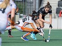 AMSTELVEEN -   Fay van der Elst (Amsterdam) met Marlena Rybacha (Oranje Rood) tijdens de hockey hoofdklasse competitiewedstrijd  dames, Amsterdam-Oranje Rood (2-1).  COPYRIGHT KOEN SUYK