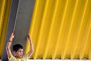 Catalao_MG, Brasil...Fotos da apresentacao do Palhaco Maroca, do Grupo de Teatro Armatrux. Na foto um garoto...The presentation of the clown Maroca (Theater Group Armatrux). In this photo a boy...Foto: MARCUS DESIMONI / NITRO..