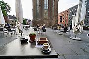 Nederland, Nijmegen, 11-6-2020 Versoepelde coronamaatregelen waardoor de horeca weer beperkt open kan en ook culturele instellingen openzoals musea open kunnen. Terrassen en tarrasjes mogen weer bezocht worden mits aan regels wordt voldaan om het besmettingsrisico minimaal te maken. Unlock,beperkende,beperkingen, cafe, opheffen,versoepelen,versoepeling , opengooien, openen,opening,opmeten,voorbereiden,voorbereiding, bewegwijzering Foto: Flip Franssen