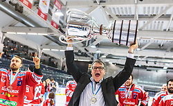 20.04.2018, Eisarena, Salzburg, AUT, EBEL, EC Red Bull Salzburg vs HCB Suedtirol Alperia, Finale, 7. Spiel, im Bild Trainer Kai Suikkanen (HC Bozen) mit der Karl Nedwed Trophy // during the Erste Bank Icehockey 7th final match between EC Red Bull Salzburg and HCB Suedtirol Alperia at the Eisarena in Salzburg, Italy on 2018/04/20. EXPA Pictures © 2018, PhotoCredit: EXPA/ JFK