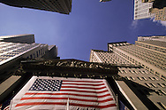 New York.  Stock exchange, covered with a giant american  Flag after the terorist attack  on world trade center towers in Manhattan  New york  Usa /   La Bourse couverte d'un immense drapeau americain, apres l'attaque terroriste sur les tours du world trade center a Manhattan  New york  USA