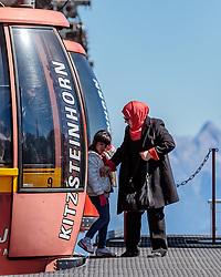 THEMENBILD - Arabische Touristen beim verlassen der Gondel. Jedes Jahr besuchen mehrere Tausend Gäste aus dem arabischen Raum die Urlaubsregion im Salzburger Pinzgau, aufgenommen am 08. August 2016 in Zell am See, Österreich // Arabic Tourists leaving the Cable Car. Every year thousands of guests from Arab countries takes their holiday in Zell am See - Kaprun Region, Zell am See, Austria on 2016/08/08. EXPA Pictures © 2016, PhotoCredit: EXPA/ JFK