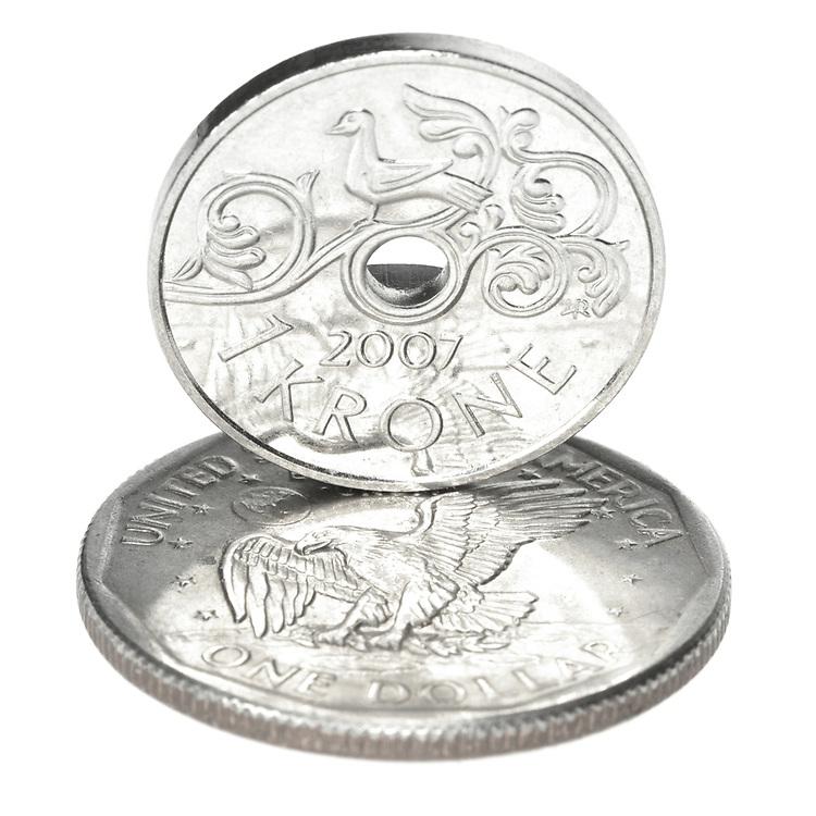 Norsk kronestykke som står på amerikansk dollar.