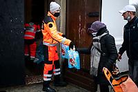 Bialystok, 24.12.2020. Wigilia Caritas dla osob samotnych, bezdomnych i potrzebujacych. Organizatorzy przygotowali ok. 600 paczek, ktore wydawali wolontariusze wspierani przez Grupe Ratownicza Nadzieja oraz Wojska Obrony Terytorialnej N/z wydawanie paczek przez zolnierzy WOT i wolontariuszy Grupy Ratowniczej Nadzieja fot Michal Kosc / AGENCJA WSCHOD