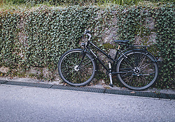 THEMENBILD - verlassenes Fahrrad während der Corona Pandemie, aufgenommen am 17. April 2019 in Hallstatt, Österreich // abandoned bicycle during the Corona Pandemic in Hallstatt, Austria on 2020/04/17. EXPA Pictures © 2020, PhotoCredit: EXPA/ JFK