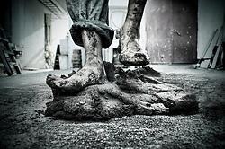 L'argilla viene stesa con i piedi sino a renderla sottile