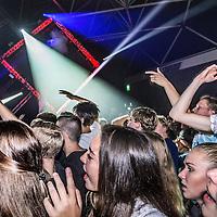 Nederland, Amsterdam, 22 oktober 2016.<br /> Bezoekers tijdens het optreden van DJ Martin Garrix in de Rai in Amsterdam tijdens ADE. (Amsterdam Dance Event)<br /> <br /> Speciale Martin Garrix-show voor alle leeftijden<br /> Gisteren kwam het nieuws naar buiten dat Martin Garrix tijdens het ADE in oktober twee shows zal geven in de RAI in Amsterdam. Eentje daarvan, die op zaterdag 22 oktober, is wel een hele speciale, waar Martin zélf bijzonder trots op is. Garrix, zelf onlangs 20 geworden (je zou het bijna vergeten, aangezien hij al ruim 3 jaar zeer succesvol is in de scene), maakte zich al een tijdje sterk voor het initiatief om zijn shows toegankelijk te maken voor jongeren onder de 18.<br /> <br /> Garrix liep vooral in Amerika zelf regelmatig tegen het probleem van zijn nog jonge leeftijd aan. In clubs in de Verenigde Staten moet je sowieso 21 zijn wil je 'normale' toegang krijgen; Martin Garrix' fanbase bestaat voor een heel groot deel uit jongeren van zijn eigen leeftijd, maar ook uit 16-en 17-jarigen. Met name voor deze groep wil hij nu wat terugdoen, zo laat hij weten.<br /> <br /> De show op zaterdag 22 oktober zal ook alcoholvrij zijn; een unicum voor het Amsterdam Dance Event. Ook de tijden van Garrix' show zijn voor de gelgenheid aangepast naar 17.00 tot 22.00 uur. Andere grote namen als Hardwell en Armin van Buuren gaven eerder ook al shows voor alle leeftijden, maar niet tijdens het Amsterdam Dance Event.<br /> <br /> Netherlands, Amsterdam, October 22, 2016.<br /> Visitors during the performance by DJ Martin Garrix at the Rai in Amsterdam during ADE. (Amsterdam Dance Event)<br /> <br /> Martin Garrix gives a special show for all ages during the Amsterdam Dance Event at the RAI in Amsterdam. Since Garrix only recently turned 20 years old himself, he has been initiation shows for people under 18. The show wil be alcohol free and the times have also been adjusted to 17.00 o'clock to 22 o'clock. <br /> <br /> Other big DJ's like Hardwell and Armin van Bu