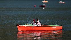 THEMENBILD - eine Arabische Familie mit Kind in einem Motorboot am Zeller See. Jedes Jahr besuchen mehrere Tausend Gäste aus dem arabischen Raum die Urlaubsregion im Salzburger Pinzgau, aufgenommen am 06.August 2015 in Zell am See, Österreich // an Arab family with child in a motor boat on Lake Zell. Every year thousands of guests from Arab countries takes their holiday in Zell am See - Kaprun Region, Zell am See, Austria on 2015/08/06. EXPA Pictures © 2015, PhotoCredit: EXPA/ JFK