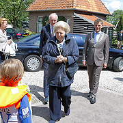 NLD/Loosdrecht/20120623 - Koningin Beatrix bezoekt vlootschouw nij het 100 jarig bestaan van watersportvereniging WNL  , Konigin Beatrix neemt bloemen in ontvangst