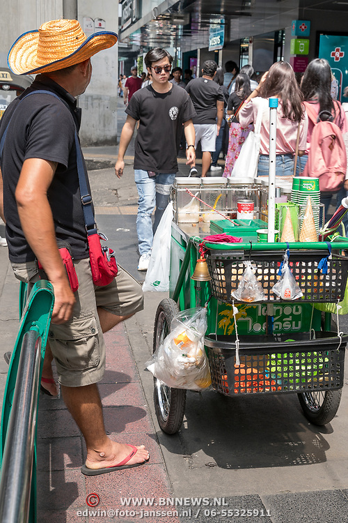 NLD/Bangkok/20180713 - Vakantie Thailand 2018, stoep verkoop in Bangkok
