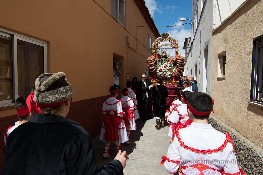 Cetina, Spain. 19th May, 2017. The 'Danzantes' dancing facing the figure of the saint, decorated with pastries.