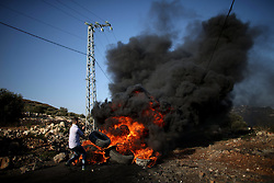 17.07.2015, Nablus, PSE, Nahostkonflikt zwischen Israel und Palästina, im Bild Palästinenser bei Auschreitungen gegen Israelische Sicherheitskräfte // A Palestinian protester burns tires during clashes with Israeli security forces following a demonstration against the expropriation of Palestinian land by Israel in the village of Kfar Qaddum, near Nablus, in the occupied West Bank, Palestine on 2015/07/17. EXPA Pictures © 2015, PhotoCredit: EXPA/ APAimages/ Ahmad Talat<br /> <br /> *****ATTENTION - for AUT, GER, SUI, ITA, POL, CRO, SRB only*****