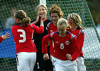 Fotball<br /> Landskamp J15/16 år<br /> Tidenes første landskamp for dette alderstrinnet<br /> Sverige v Norge 1-3<br /> Steungsund<br /> 11.10.2006<br /> Foto: Anders Hoven, Digitalsport<br /> <br /> Vilde Thorbjørnsen - Høyang / Norge<br /> Gratulasjoner etter å ha reddet straffespark