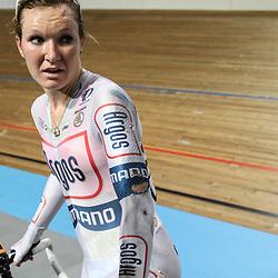 Nederlands Kampioenschap Koppelkoers vrouwen Apeldoorn een gekwetste Amy Pieters na de koppelkoers die ze won met koppelmaatje Kelly Markus