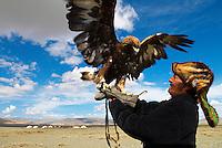 Mongolie. Province de Bayan Olgii. Chasseur kazak et son aigle. // Mongolia. Bayan Olgii province. Kazak eagle hunter.