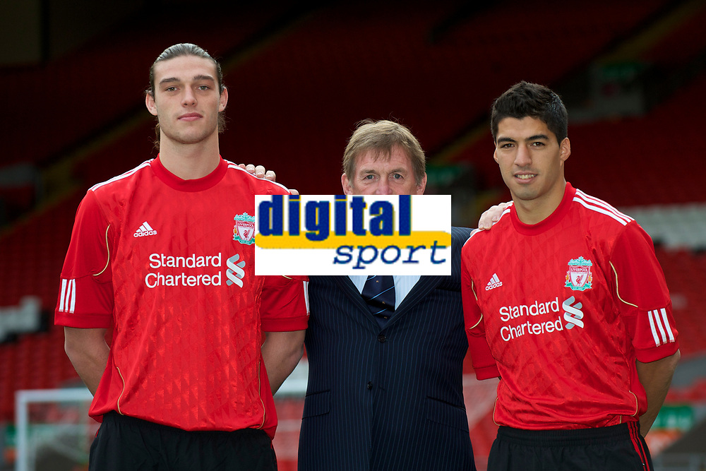 Fotball<br /> England<br /> Foto: Propaganda/Digitalsport<br /> NORWAY ONLY<br /> <br /> LIVERPOOL, ENGLAND - Thursday, February 3, 2011: Liverpool's new sigingings Luis Suarez and Andy Carroll with manager Kenny Dalglish during a photo-call at Anfield. Suarez signed from Ajax for £22.8m whilst Carroll arrived from Newcastle United for a club record fee of £35m.