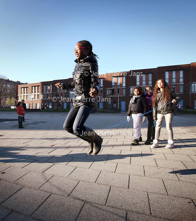 Nederland, Amsterdam , 16 november 2010..Het schoolplein en tevens buurtplein van Basisschool t Koggeschip op het Abraham Kuyperplein in Geuzenveld..Foto:Jean-Pierre Jans