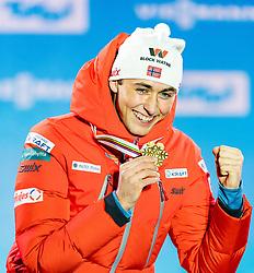 28.02.2019, Seefeld, AUT, FIS Weltmeisterschaften Ski Nordisch, Seefeld 2019, Nordische Kombination, Siegerehrung, im Bild Weltmeister und Goldmedaillengewinner Jarl Magnus Riiber (NOR) // World champion and Gold medalist Jarl Magnus Riiber of Norway during the winner Ceremony for the Ski Jumping competition for Nordic Combined of FIS Nordic Ski World Championships 2019. Seefeld, Austria on 2019/02/28. EXPA Pictures © 2019, PhotoCredit: EXPA/ Stefan Adelsberger