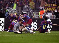 Fotball<br /> Foto: imago/Digitalsport<br /> NORWAY ONLY<br /> <br /> 17.05.2006  <br /> <br /> Torwart Manuel Almunia Rivero (Arsenal) geschlagen, während dahinter die Spieler des FC Barcelona jubeln