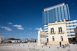 Fontana greca e spiazzo antistante sono sempre frequentati da turisti che amano immortalarsi davanti all'antico monumento.