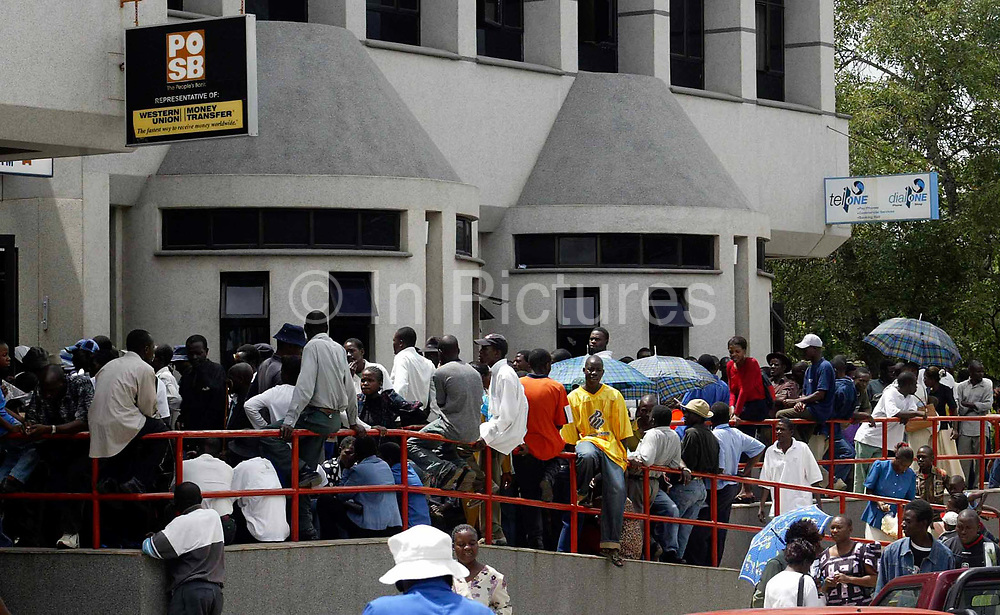 ZIM09: A que outside a bank in Mutare,Zimbabwe.<br /> <br /> pic:Paul Hackett   sty:Christina Lamb   Sunday Times