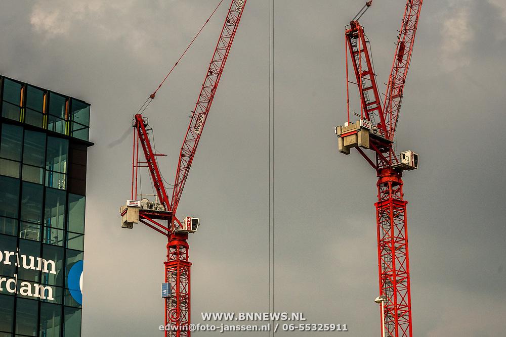 NLD/Amsterdam/20180628 - Rondvaart Amsterdam, kranen van nieuwbouw
