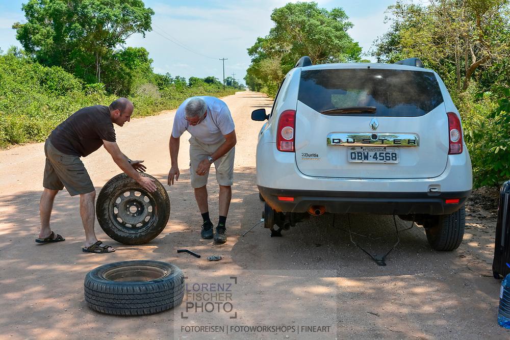 Autopanne mit Plattfuss im Norden des Pantanals, Transpantaneira, Brasilien<br /> <br /> Puncture with flat tyre in the northern Pantanal, Tranpantaneira, Brazil