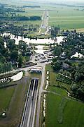 Nederland, Zuid-Holland, Giessen-Oudekerk, 04-07-2006; kruising Betuweroute met riviertje de Giessen; oorspronkelijk zou hier een brug gebouwd worden, maar om de overlast in dit recreatiegebied (Kaloeve) te beperken is het tracÈbesluit aangepast en is er een tunnel gekomen;bouw, transport, infrastructuur, verkeer en vervoer, mobiliteit, Betuwlijn, planologie, democratie, inspraakzie ook andere en eerdere (lucht)foto's van deze lokatie; deel van de serie Panorama Nederland luchtfoto (toeslag); aerial photo (additional fee required); .foto Siebe Swart / photo Siebe Swart